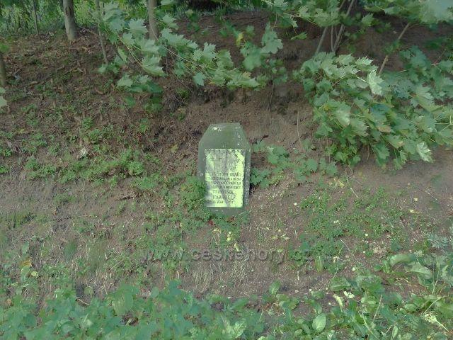 Petrovičky - pomníček připomínající poválečnou tragedii u silničky pod vrcholem Adamu