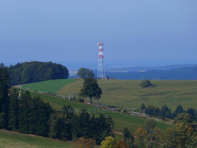 Pohled z úbočí Adamu na telekomunikační věž na vrchu Bučina/677 m.n.m./ nad Jedlinou