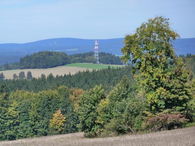 Pohled na komunikační věž na vrchu Bučina nad Jedlinou