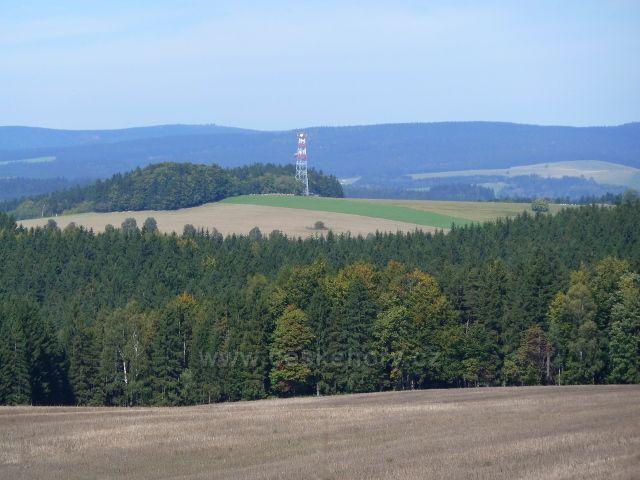 Pohled na vrch Bučina/677 m.n.m./s komunikační věží nad osadou Jedlina