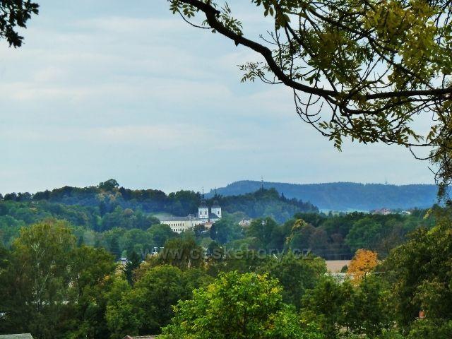 Pohled na Žamberk-v pozadí hřeben Litického chlumu