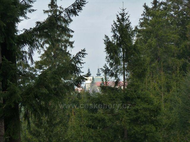 Horní Orlice - průhled z lesní silničky v sedle pod Jeřábkem na klášter na Hedeči