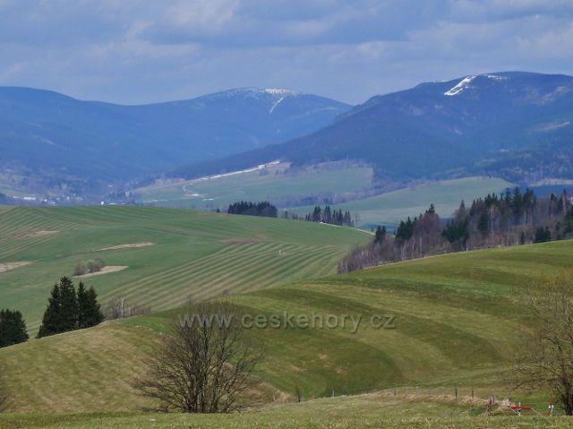 Pohled na zasněžený vrcholek Kralického Sněžníku z Mariánského vrchu