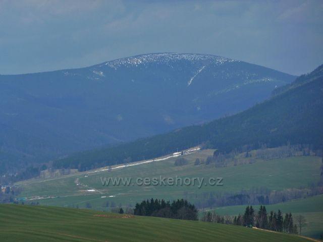 Pohled na Kralický Sněžník od Poutního Domu na Mariánském vrchu