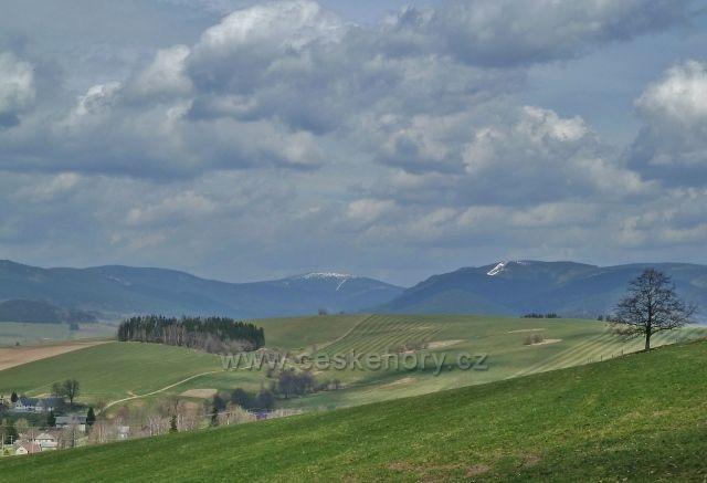 Pohled na masiv Kralického Sněžníku z úbočí Mariánského vrchu