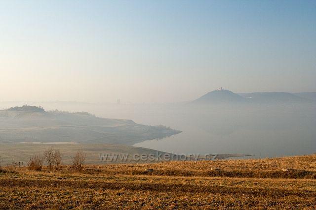 Mostecké jezero v mlze