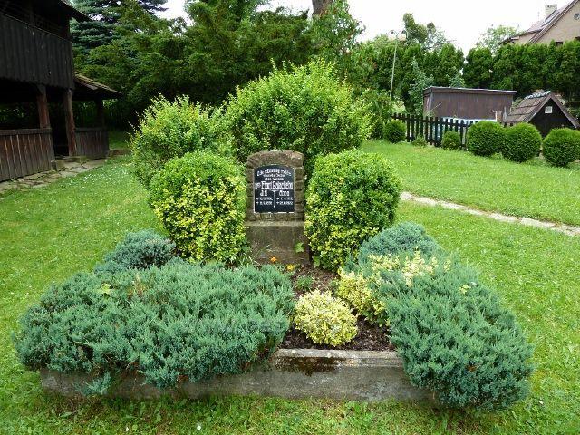Hodslavice - hrob rodičů Fr.Palackého se nachází hned vedle kostelíka sv. Ondřeje