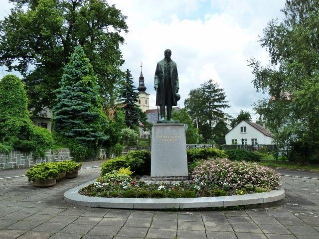 Hodslavice - pomník Fr.Palackého před Obecním úřadem
