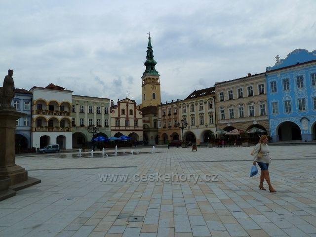 Nový Jičín - náměstí T.G.Masaryka, v pozadí věž farního kostela Nanebevzetí Panny Marie