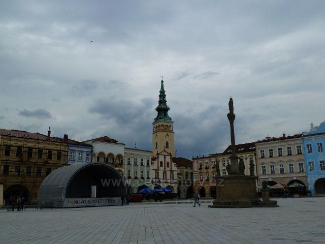 Nový Jičín - Masarykovo náměstí s Morovým sloupem a podiem Jičínského hudebního festivalu, v pozadí věž farního kostela Nanebevzetí Panny Marie