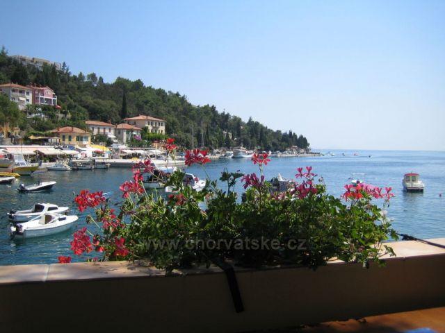 Výhled z restaurace v Rabacu.