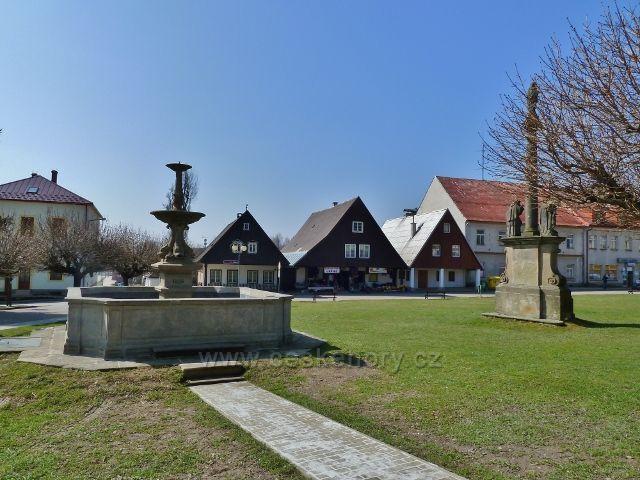 Rokytnice v Orlických horách - empírová kašna a Mariánské sousoší na náměstí T.G.M.