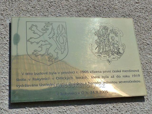 Rokytnice v Orlických horách - pamětní deska na budově první české školy