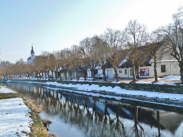 Žamberk - pohled od dřevěné lávky Pod Skalami ke kostelu