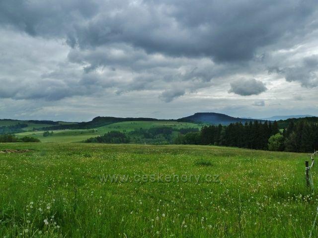 Teplické skály - pohled na Ostaš,vpravo v pozadí Stolová hora v Polsku