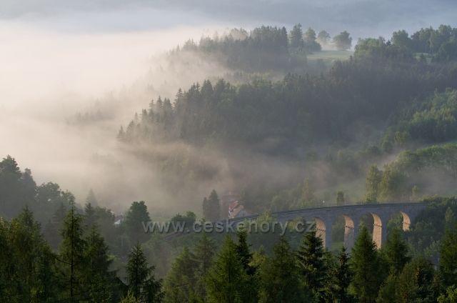 Smržovský viadukt v mlžném oparu.