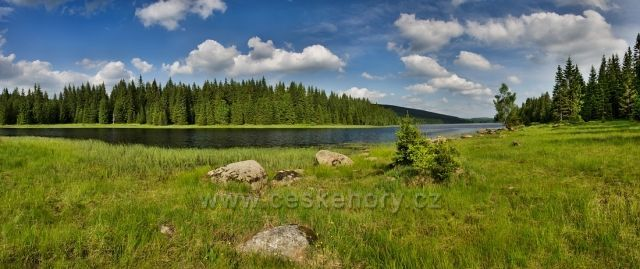 Soušská přehrada v letním čase.
