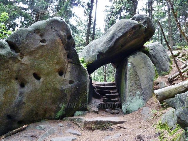 Teplické skály - skalní tunel pod Čapím vrchem