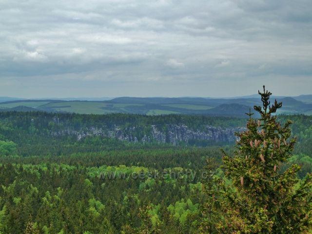 Teplické skály - pohled z rozhledny Čáp na hradbu Teplických skal