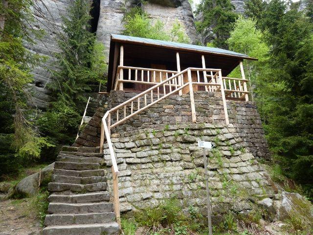 Teplické skály - bývalá horolezecká chata v Anenském údolí
