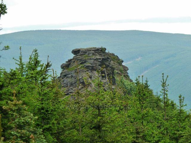 Ramzová - Obří skály , v pozadí protilehlé pásmo Smrku v Rychlebských horách