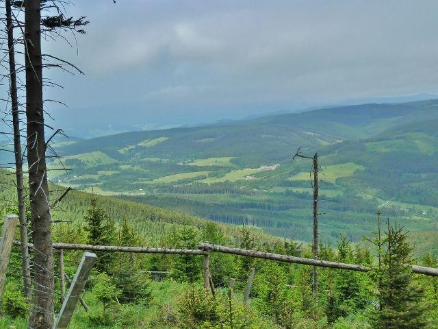 Ramzová - pohled ze stezky na Šerák po modré TZ na okrajovou část Rychlebských hor nad Ostružnou a Ramzovou