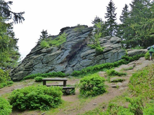 Ramzová - odpočívadlo u skalního výhozu na stezce po modré TZ z Obřích skal na Šerák
