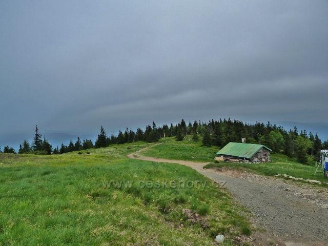 Ramzová - poslední metry turistické stezky od Obřích skal před chatou Jiřího na Šeráku