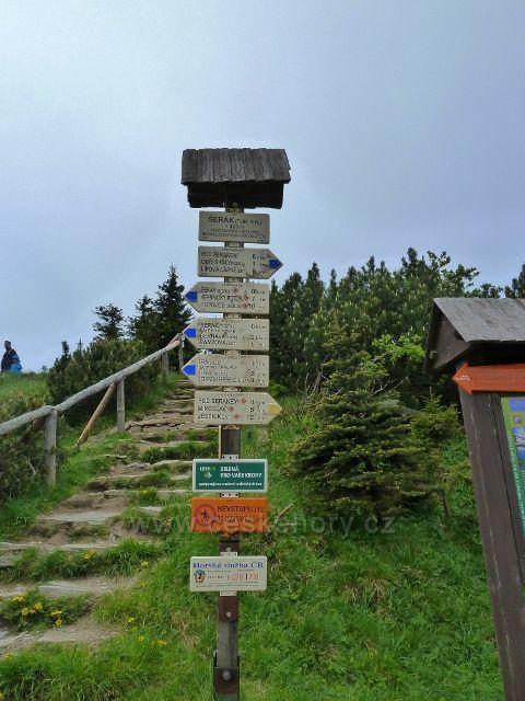 Turistický rozcestník u chaty Jiřího na Šeráku