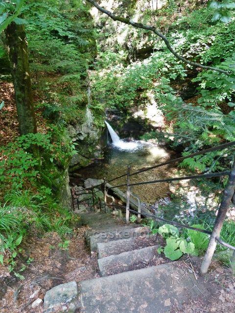 Sestup k Velkému vodopádu Stříbrného potoka