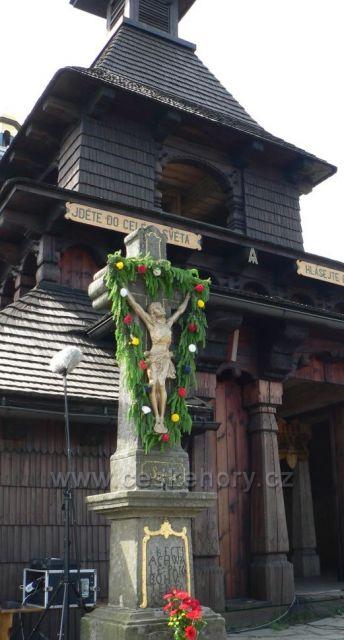 kříž před kaplí sv. Cyrila a Metoděje na Radhošti