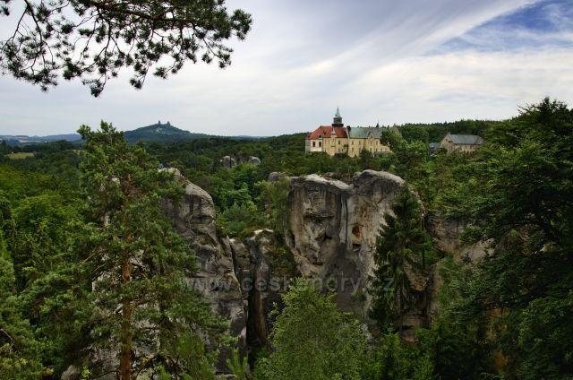 Výhled na zámek Hrubá skála a Trosky.