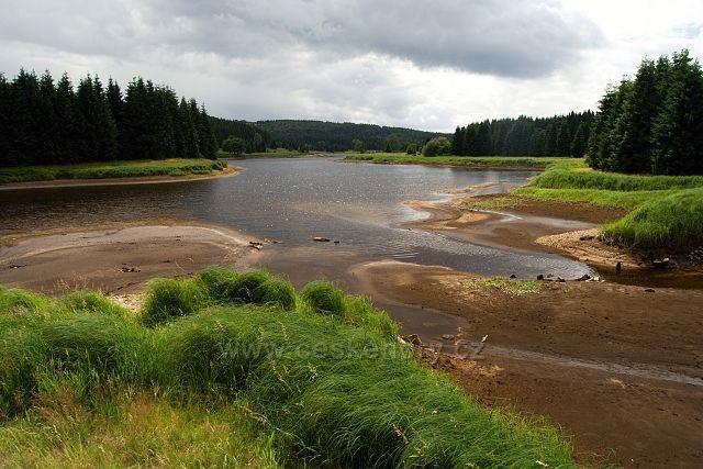 Flájská přehrada s ubývající vodou