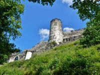 Bezděz - dolní část hradeb s věží