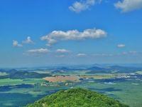 Bezděz - pohled z hradní věže na vrchol Malého Bezdězu a okraj Doks
