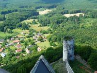Bezděz - pohled z horní věže na věž dolní a část obce v podhradí