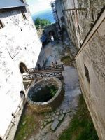 """Bezděz - pohled na vodní """"cisternu"""" na nádvoří hradu"""