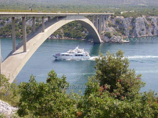 Most na Jadranské magistrále přes řeku Krka u Šibeniku.