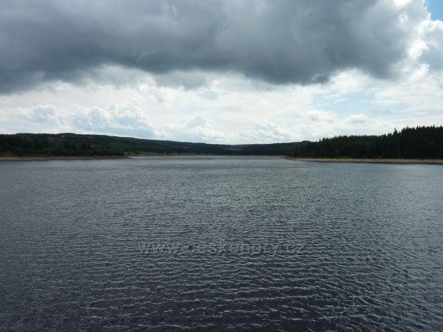 Pochmurné počasí v okolí vodní nádrž Fláje
