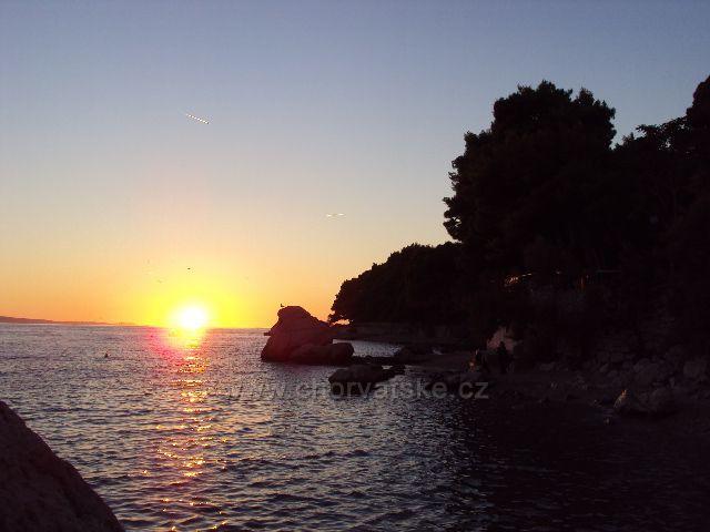 Západ slunce z pláže u hotelu Villa Sagitta