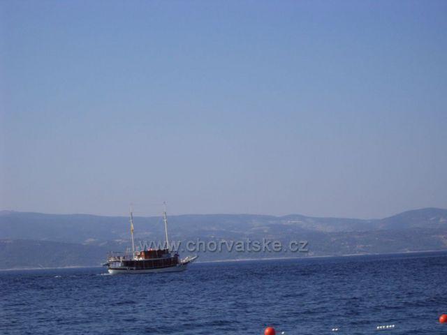 Lod na moři v dáli Brač