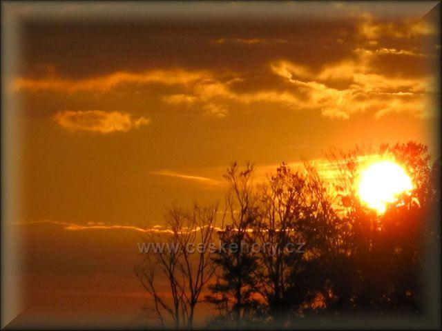 západ slunce pod horami
