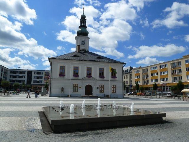 Jeseník - budova radnice a fontána na Masarykově náměstí