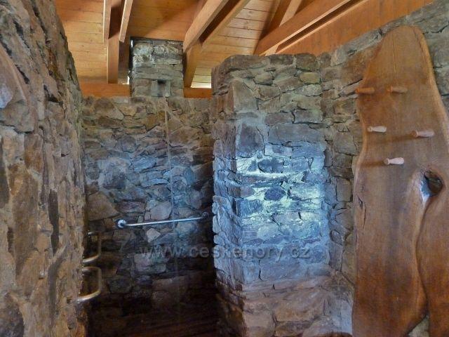 Lázně Jeseník - interiér zrenovované přírodní sprchy na odpočívadle Svornost u Trojpramenu