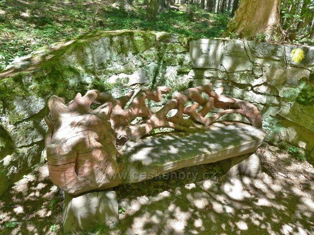 Lázně Jeseník - vyřezávaná lavička u Večerního pramenu