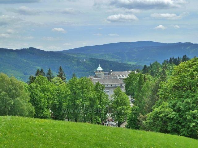 Lázně Jeseník - pohled na Priessnitzovo sanatorium a Praděd
