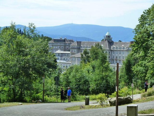 Lázně Jeseník - pohled z křižovatky u Slovanského pramenu na Priessnitzovo sanatorium a Praděd