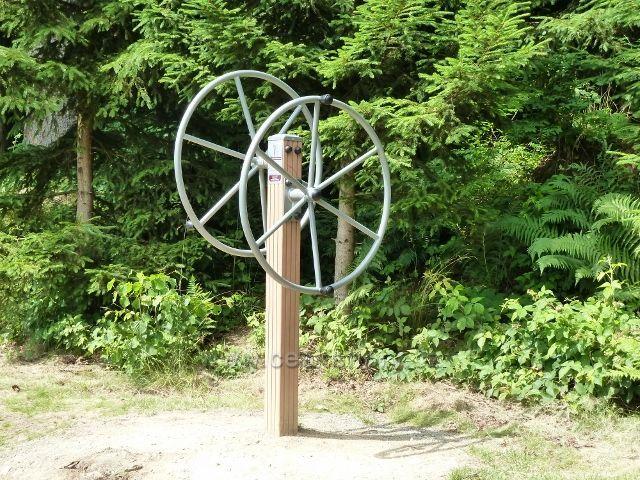 Lázně Jeseník - fitpark v přírodě, zařízení k procvičování ramen