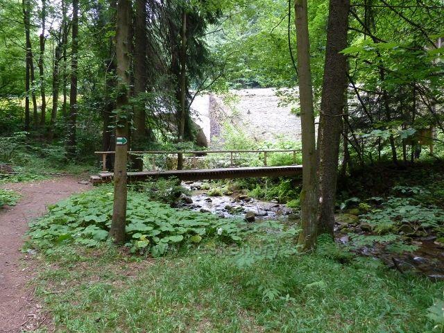 Branná - trasa NS Pod ptačí planinou končí za mostkem přes říčku Branná před železničním viaduktem