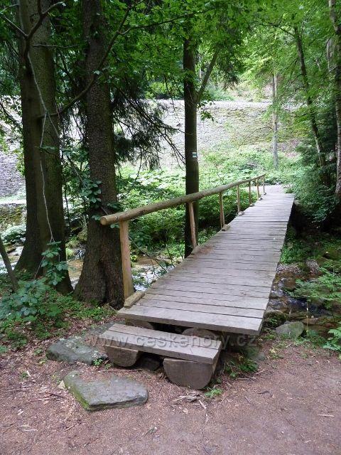 Branná - trasa NS Pod ptačí planinou končí za mostkem přes říčku Branná